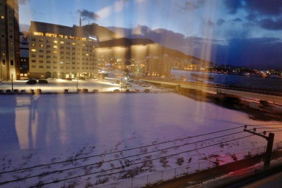 ホテルの部屋の照明が映り込んで萎える。