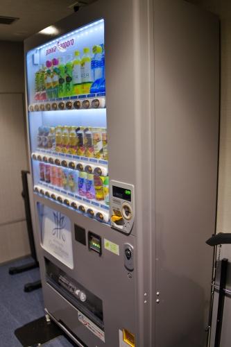 エレベーターホール横には自動販売機。
