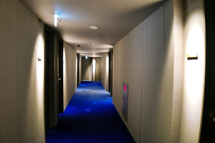 ブルーの廊下を進む。