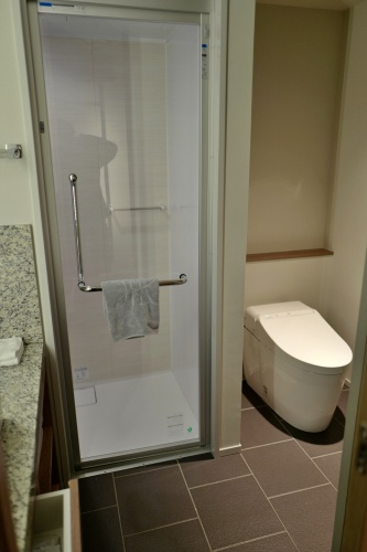 シャワールームとトイレ。