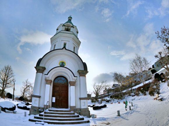 広角は雪景色と建物が織りなす構図が楽しめる。
