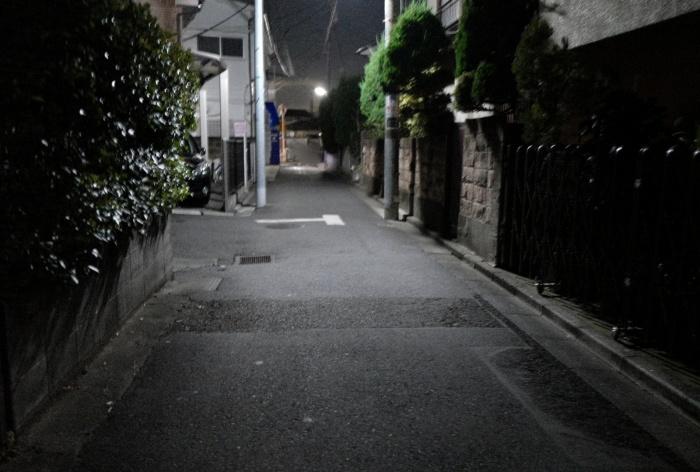 京王線沿いの路地裏は狭い。