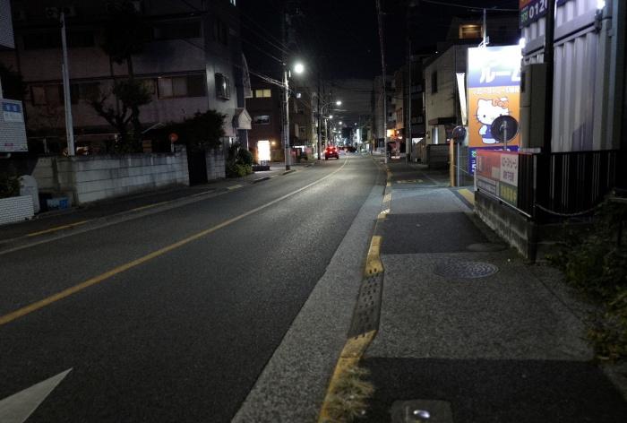 旧甲州街道はバス通りなので交通量もそれなりに多い。