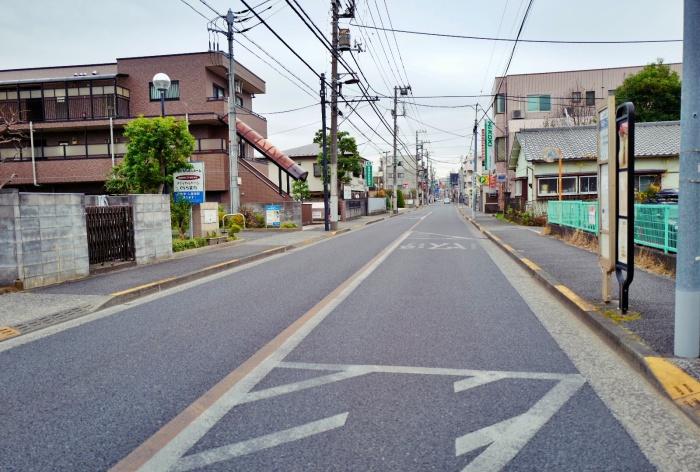 旧甲州街道の歩道の狭さ。