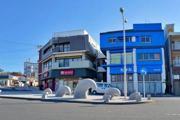 元町港には波のオブジェがある。