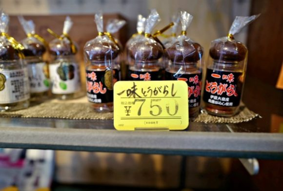 大島名物・一味唐辛子も販売。