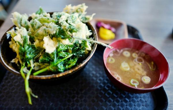 こちらも大きい明日葉丼とお味噌汁!