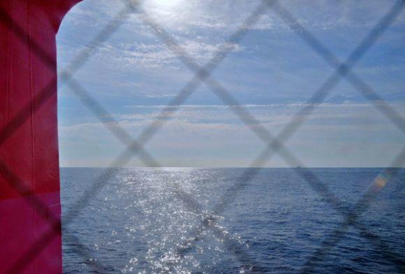 出入り口から見た太平洋。ワクワクする船旅だ。