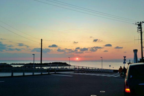 早く夕日スポットに行けよとせかすイケメン釣りブロガー。