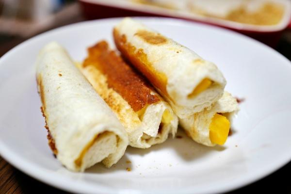 こちらは卵をパンで巻いた一品。食べやすくておいちい。