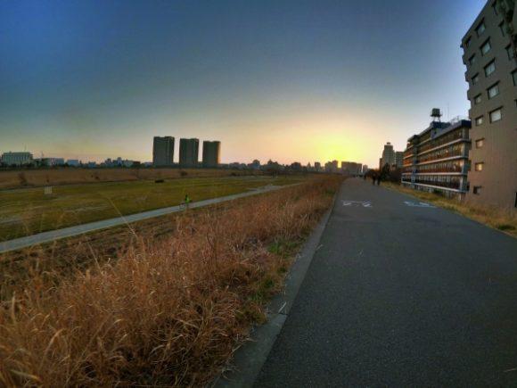 夕日がビル群に沈む。