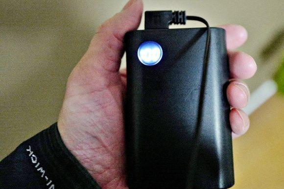 手のひらサイズのモバイルバッテリーをつないでみた。