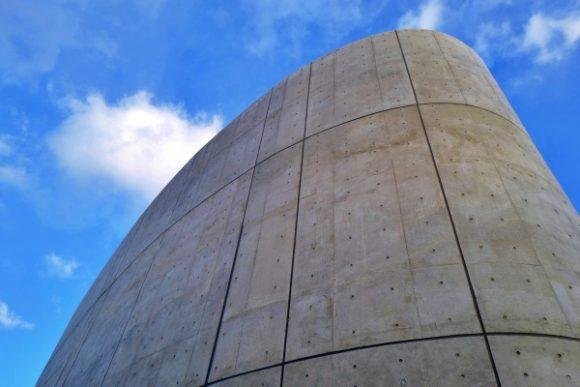 打ちっぱなしのコンクリートが青空に映える。