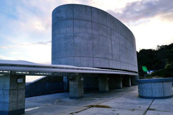 楕円形の屋上。