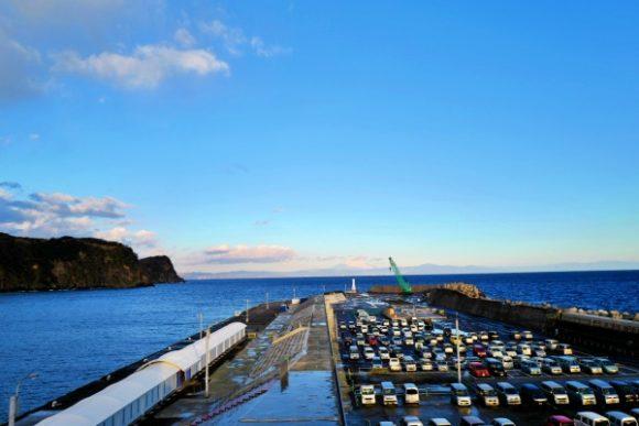 朝焼けの岡田港。駐車場を眺める