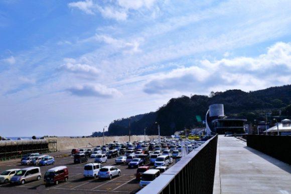 岡田港の駐車場。