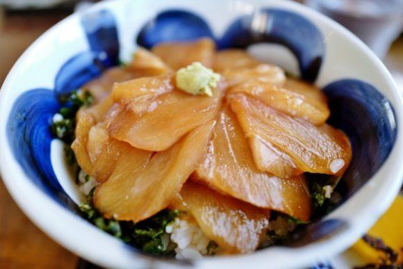 白身魚が肉厚でうまいべっこう丼。