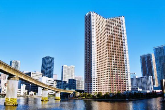 モノレールと運河、タワーマンションがフレームいっぱいに入る。