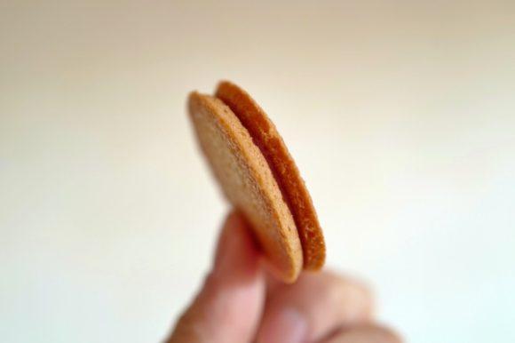 酸味の強い乾燥いちごをチョコに練り込みアーモンドガレットでサンド!