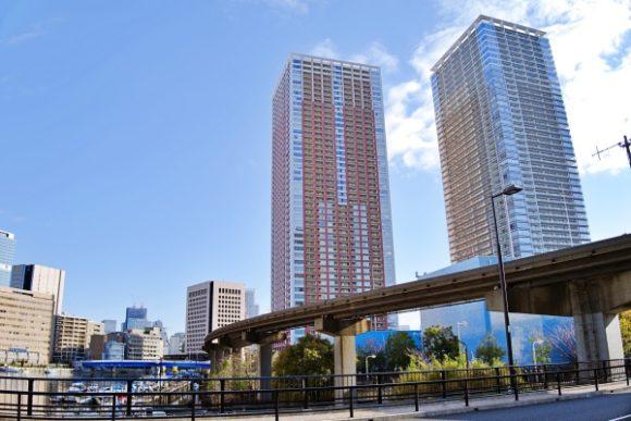 芝浦西運河沿緑地エリアから撮影した朝のタワーマンション。