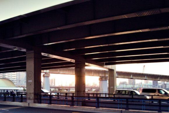 五色橋の海側から首都高の高架下を撮影。夕日が見える。