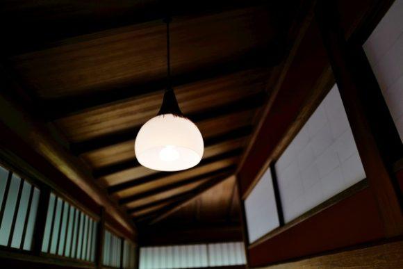 孔雀の間にも飾り房の照明がある。