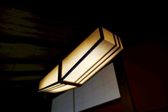 平たいホームベース型照明。