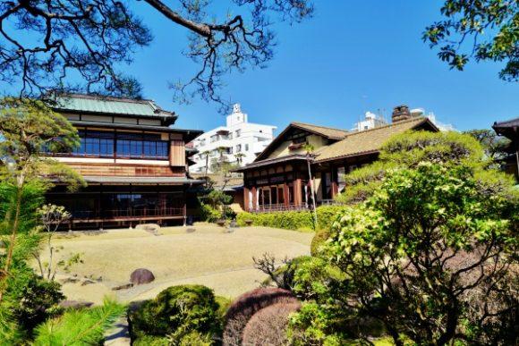 石と松、建物の構図がナイスですね。