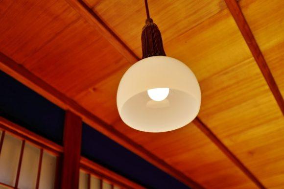 飾り房が付いた和風テイストな照明デザイン。