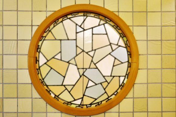 よく見ると真ん中に五角形があり、幾何学な台形が散らばるデザイン。