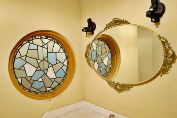 丸いデザインの窓と鏡。