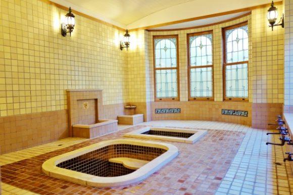 統一感あるローマ風浴室の内装。