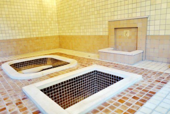 浴槽の周囲には「木製のタイル」が敷かれて滑り止めになっている。