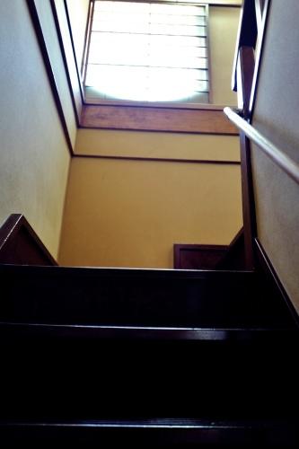 急な階段を上がる。