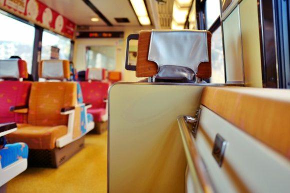 青・赤・オレンジのキンメ座席が旅を彩ります。