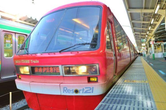 赤色にシルバーグレーのグラデーションのキンメ電車。