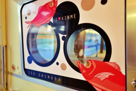 大きい黒い丸は金目鯛のチャームポイントの大きな目をイメージしている(ホントか?)