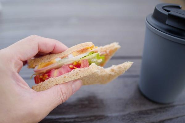 コンビニで買ったサンドイッチをパクリ