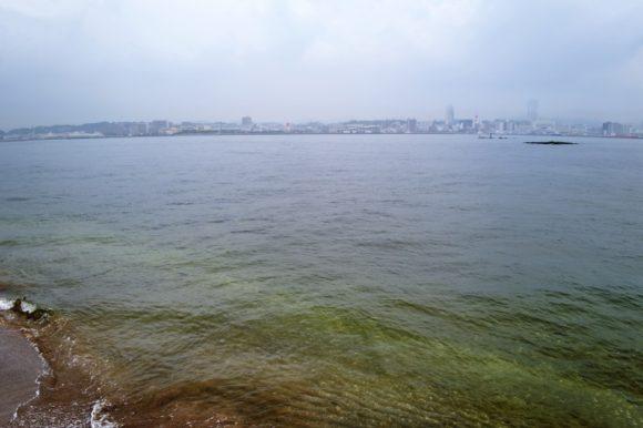 砂鉄浜から横須賀を眺める。