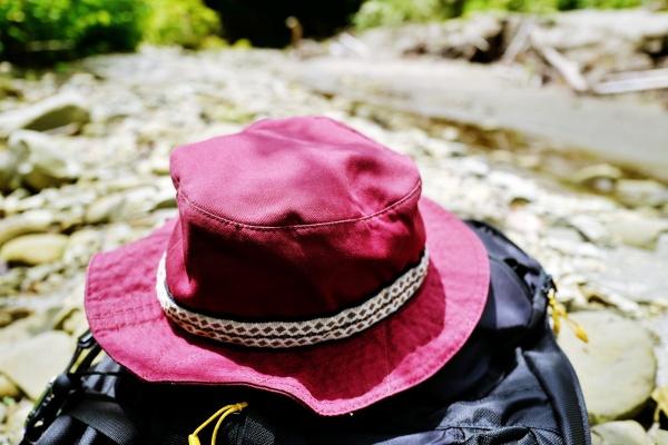 KAVUの登山ハットとミレーのリュック。