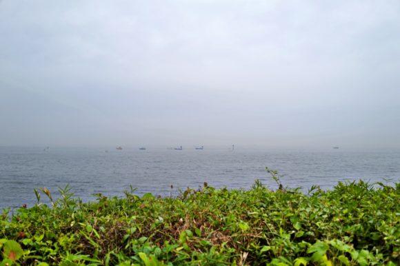 遠くに釣り船。