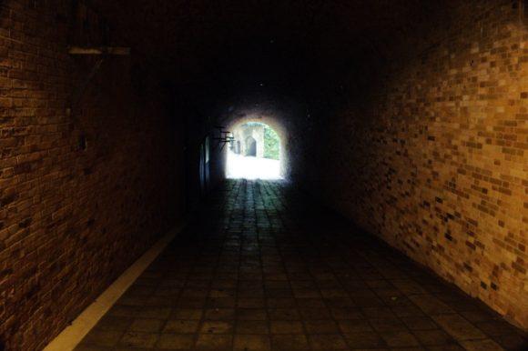 トンネル内は暗闇だ。