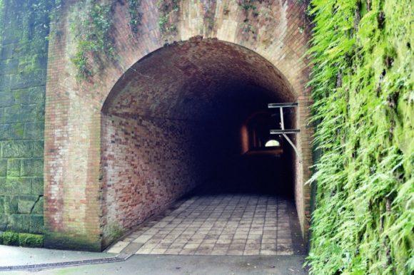 洞穴の向こう側。