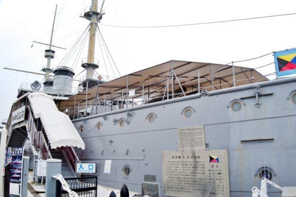 軍艦・三笠を横目に列に並ぶ。