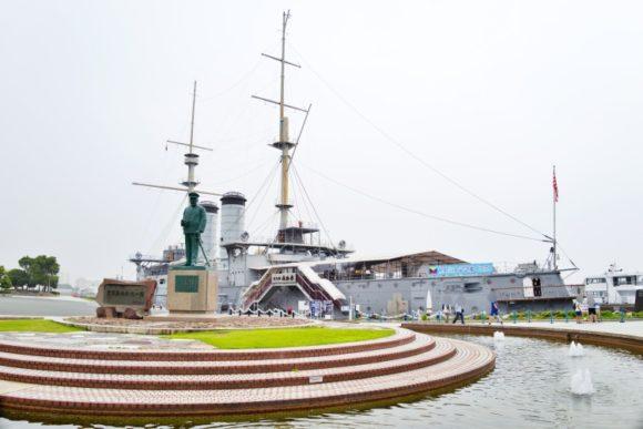 東郷平八郎の像。バックには立派な軍艦!