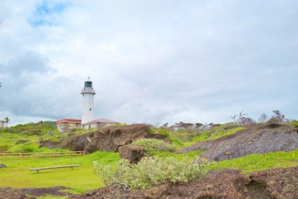 岩場と灯台がいい構図。