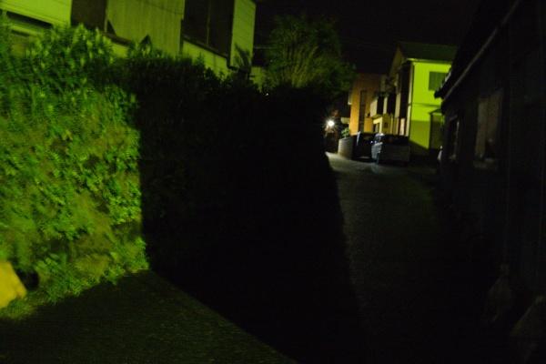 点灯前。夜道は真っ暗