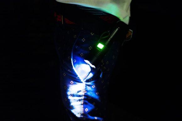 腰にZetaIXを装着。スイッチも緑色に光ります(電池がないときは赤く光る)
