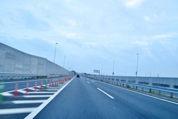 高速道路をひた走る。