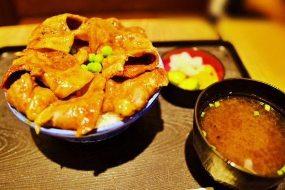 炭火の香りが食欲をそそる豚丼(1300円くらい)。